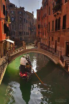 gondola-venice-italy-honeymoon